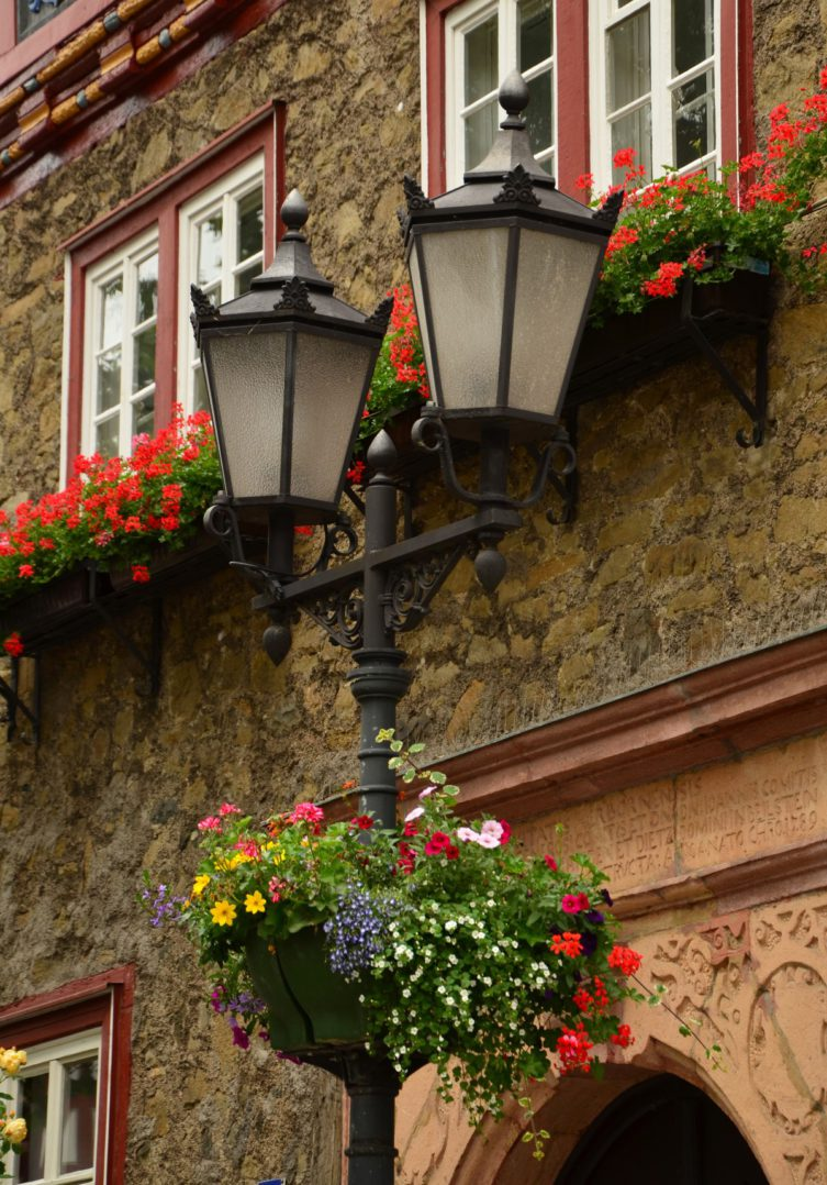lumière architecture rue maison fleur fenêtre ville ruelle maison mur balcon lanterne rouge éclairage lampadaire vieille ville Cour cour Fleuriste Décorations florales l'éclairage des rues Schmie de ei sern Éclairage de rue historique