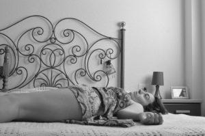 Composition, Femmes, Couché, Lit, Fatigué, Lignes